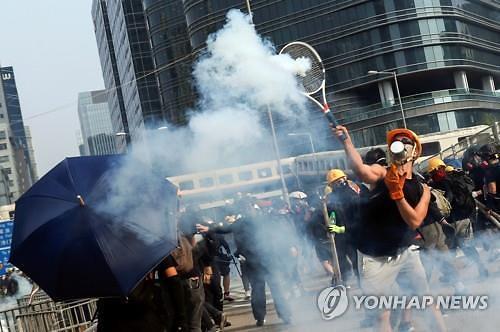 홍콩 주말집회 다시 최루탄 등장…충돌 격화