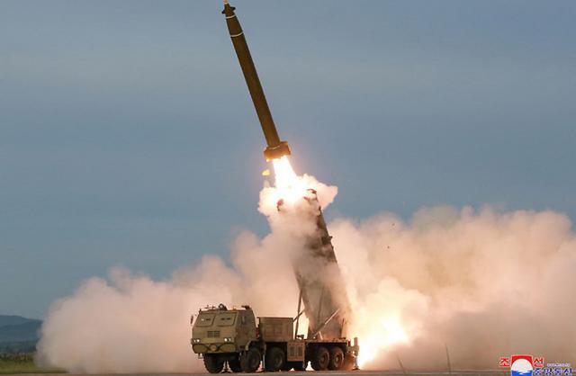 [슬라이드 화보] 北 신형 초대형 방사포 시험사격 성공...남한 전역 사정권