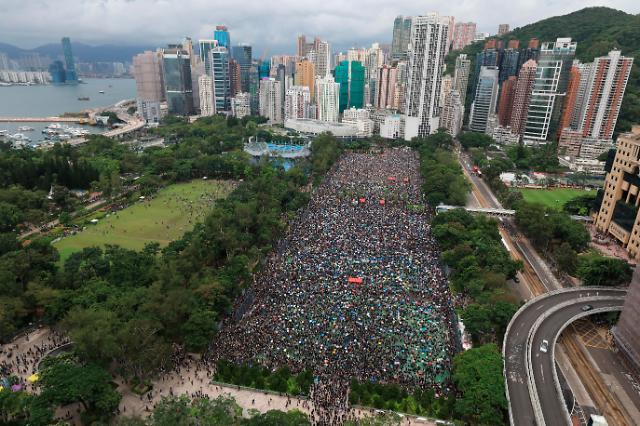 열흘만에 깨진 홍콩 평화시위...中무력개입 우려↑(종합)