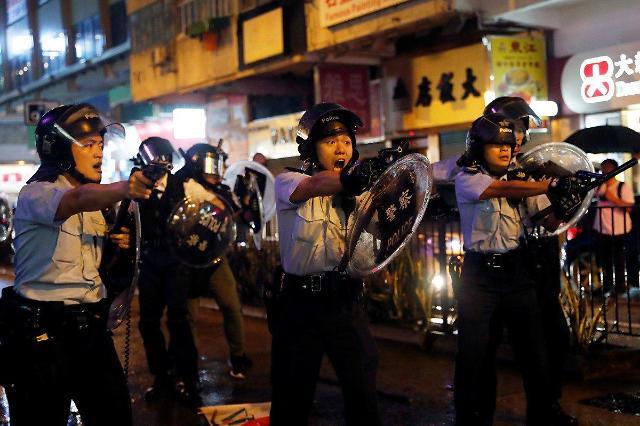 평화 깨진 홍콩 시위...경찰, 첫 실탄 경고사격