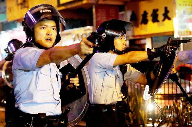 [포토] 시위대 향해 권총 겨눈 홍콩 경찰