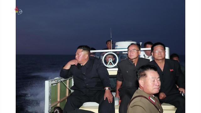 金正恩乘船前往发射现场