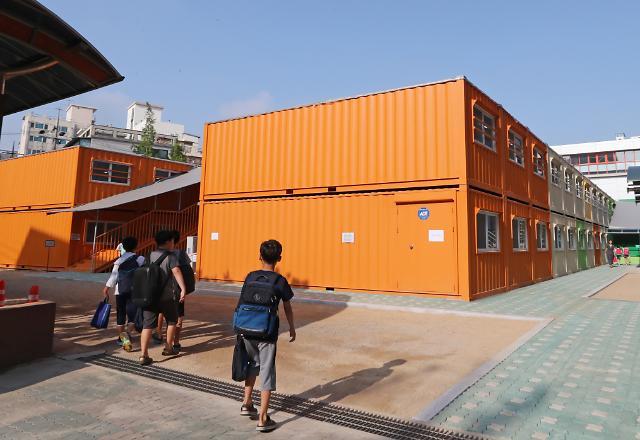 [포토] 콘테이너 교실로 등교하는 은명초등학생