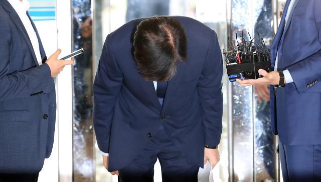 [포토] 90도 고개숙인 조국 후보자