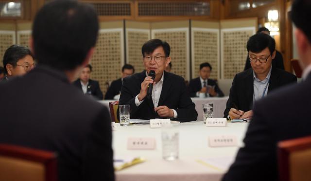"""김상조 """"주요국 정치지도자 말 한마디에 세계 경제 춤춘다""""…확장적 재정정책 재확인"""