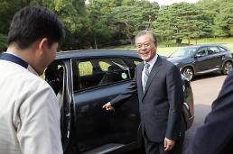 .Fuel cell-powered SUV makes debut as official presidential car.