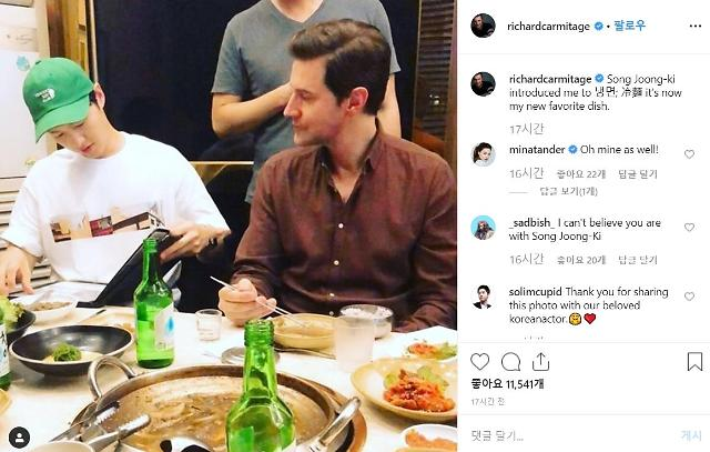 British actor Richard Armitage tastes cold noodle at meal with actor Song Joong-ki