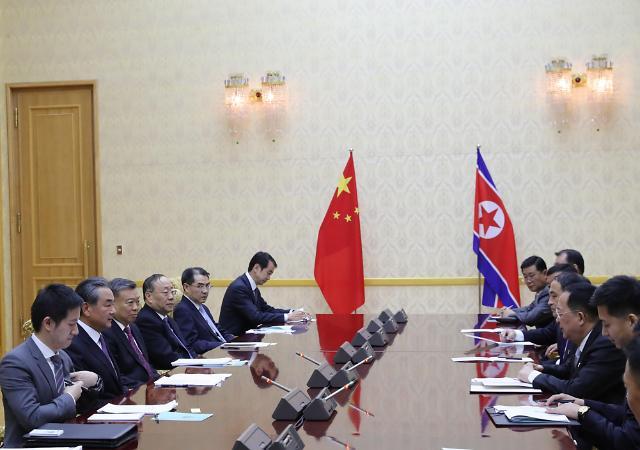 中国外长王毅同朝鲜外相李勇浩举行会谈