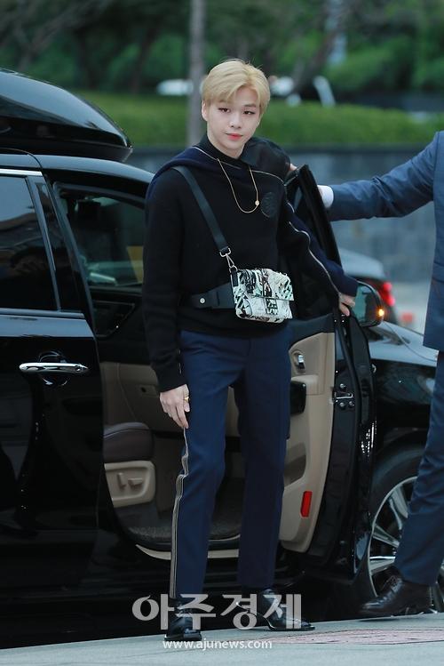 강다니엘, '보정이 필요없어서 무보정 원본으로 35장 모아 올려봅니다!!' (펜디 2019 F/W 컬렉션 팝업 스토어 포토콜)