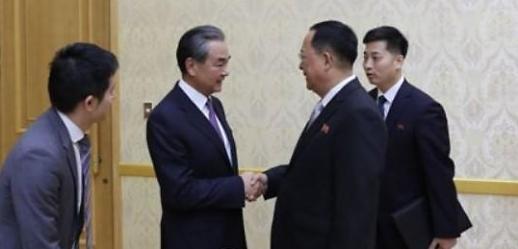 中国外长王毅在朝鲜祭扫志愿军烈士陵园