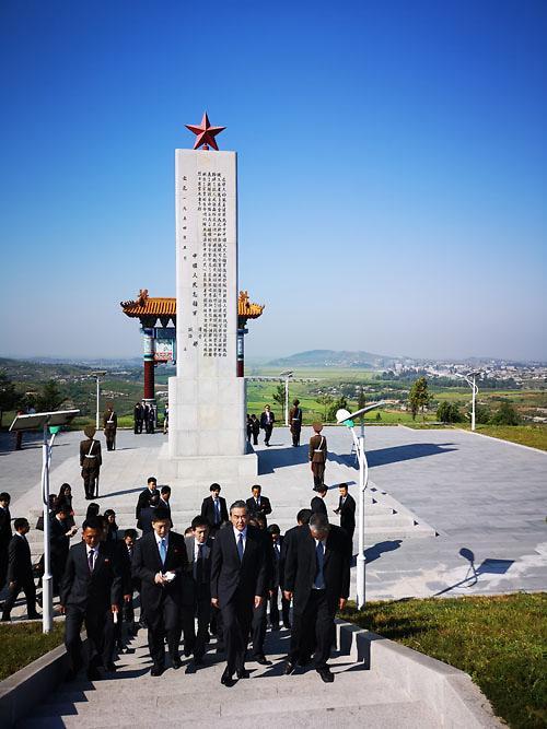 [중국포토 ] 방북한 왕이 …인민지원군 열사능 참배