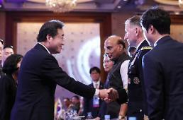 .韩总理和驻韩美军司令握手.