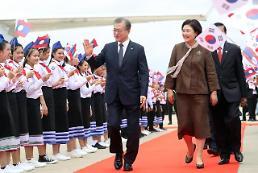 .文在寅抵达万象开始对老挝进行国事访问.