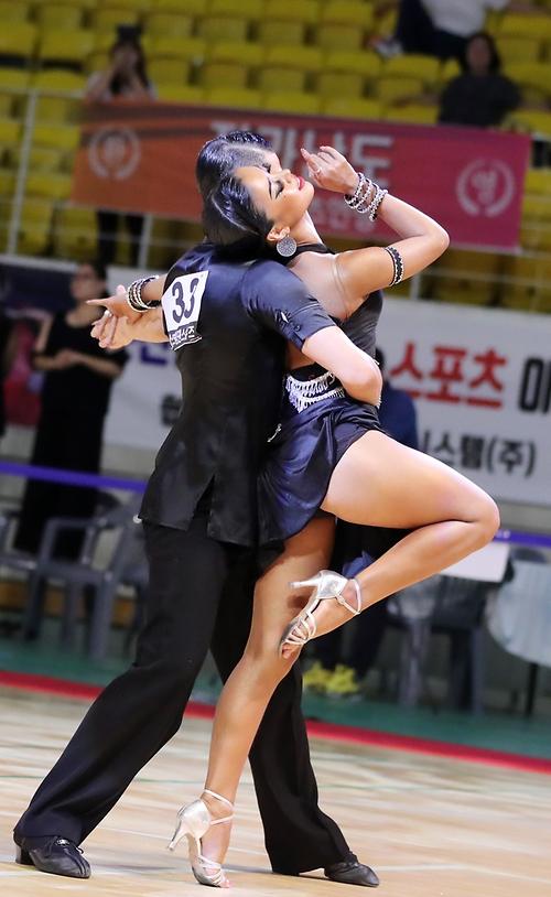 '황홀한 댄스의 향연'...시선 사로잡는 댄스 스포츠