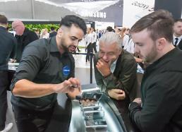 .三星LG在柏林电子展竞相推介折叠屏手机.