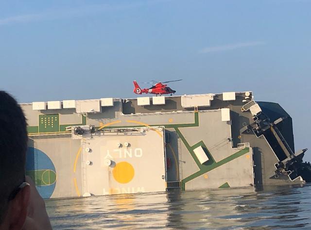 [포토] 미 해안경비대가 공개한 골든레이호 구조작업