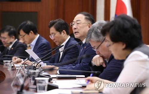 """홍남기, """"일본 수출 규제 100+α 품목 관련 올해 안 전략 마련할 것"""""""