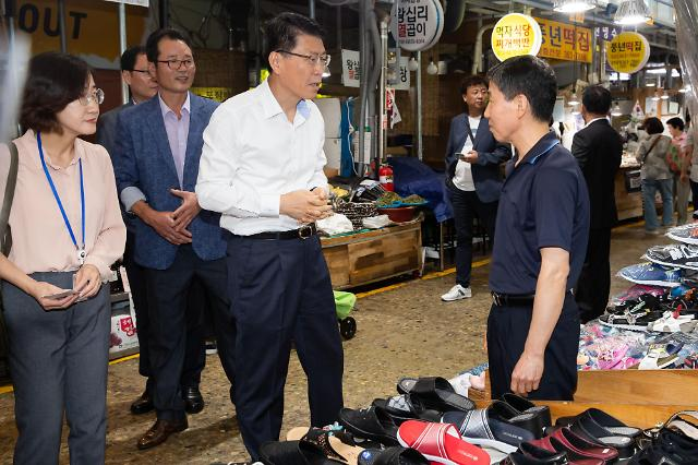 은성수 금융위원장, 첫 행보로 전통시장 찾아···민생지원 점검