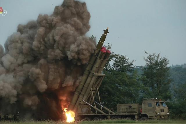 """北 """"김정은 지도하에 초대형 방사포 시험사격""""…성공은 못한 듯"""