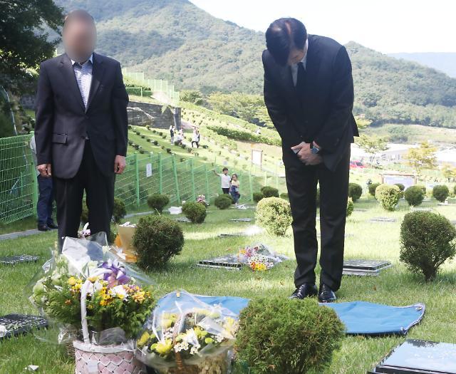 [포토] 고 김홍영 검사 묘소 참배하는 조국 장관