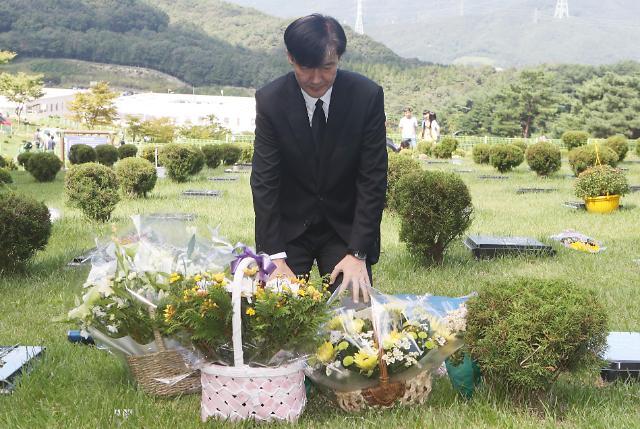 조국, 故 김홍영 검사 묘소 참배... 검찰 개혁 의지 천명
