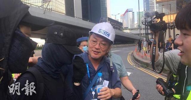 홍콩시위 15주째 지속, 시위대·경찰 또 충돌…배우 김의성 등장 눈길
