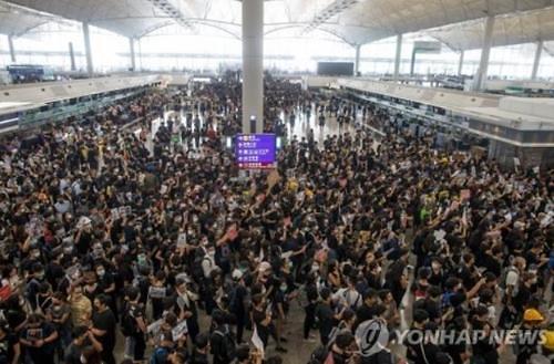 """""""홍콩시위 여파에…"""" 홍콩 국제공항 지난달 여객량 급감"""