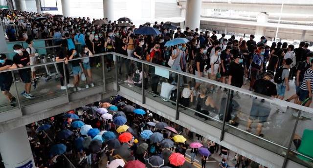 홍콩시위 여파에… 홍콩 국제공항 여객량 급감