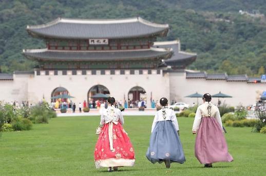 """韩国观光公社为外国游客开启""""青瓦台舍廊房之路""""活动"""