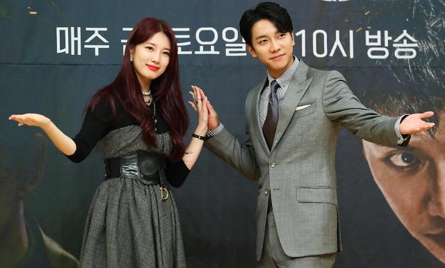演员裴秀智和李昇基出席新剧发布会