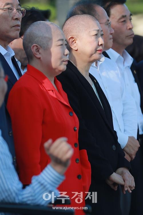 '황대표 바라보며 눈물... '황교안 삭발식 진행