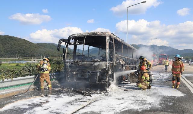 [포토] 고속도로 견인 버스 화재