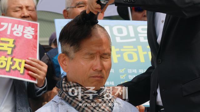 [슬라이드 포토] 김문수, 눈물의 삭발식