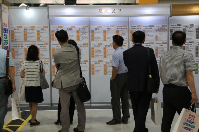 (르포)[신중년 일자리 박람회] 5060세대 재취업은 '번데기 프로젝트'