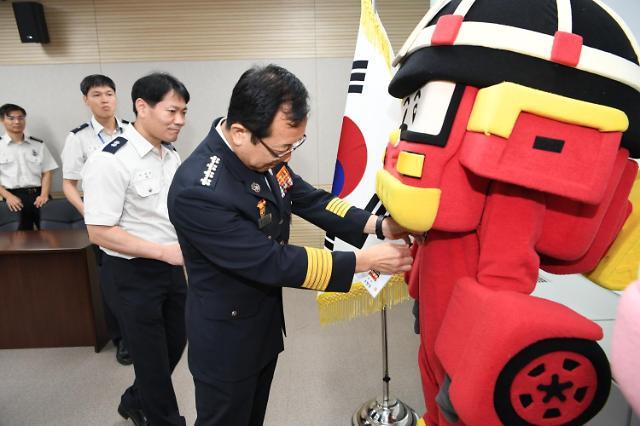 变形警车珀利变身名誉消防员