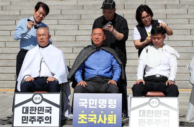 한국당 릴레이 삭발투쟁…찬성보다 반대 많아