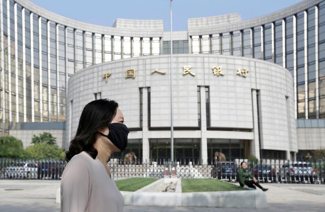 중국 새 기준금리 0.05%P 인하한 4.2%…인민은행 통화완화에 신중