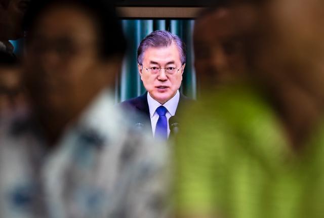 문재인 대통령 지지율 40%로 취임 후 최저치...조국 여파