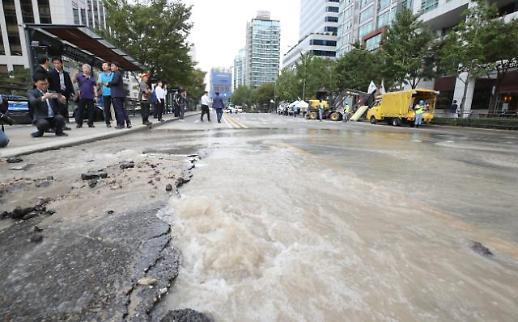 [포토] 경찰청 앞, 상수도관 파열로 도로 침수