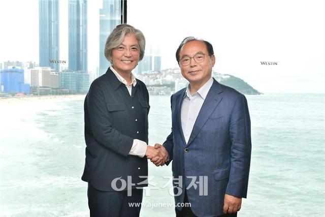 오거돈 부산시장, 한·아세안 정상회의 점검 강경화 장관 만나