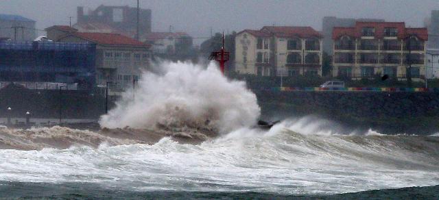 [슬라이드 화보] 태풍 타파 한반도 접근...제주, 부산 물폭탄 산사태 피해 경보