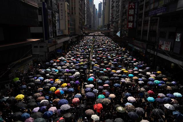 홍콩 시위, 16주째 이어져…  경찰·시위대 다시 충돌