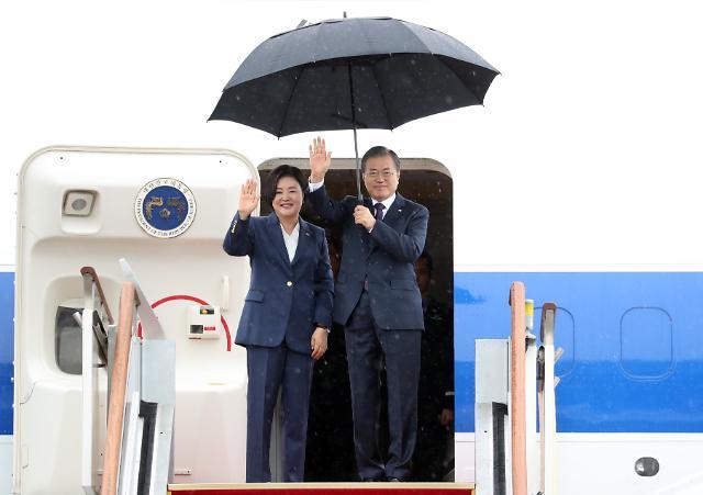 [포토] 출국 인사 하는 문재인 대통령