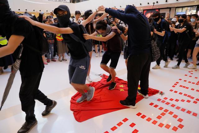 [포토] 오성홍기 짓밟는 홍콩 시위대