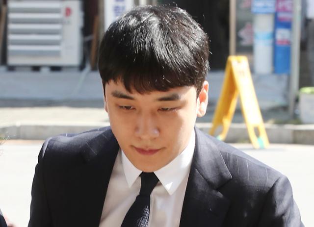 [포토] 취재진 피해 지수대 들어서는 빅뱅 전 멤버 승리