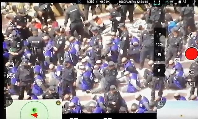 [세계는 지금]  중국 '인권백서'와 수갑 찬 위구르족