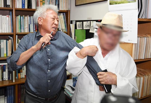 [포토] 류석춘 교수 항의방문한 시민단체 회원