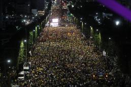 .韩国市民举行烛光集会敦促司法改革.