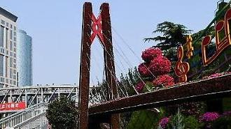 Kỷ niệm quốc khánh 70 năm thành lập 'Trung Quốc mới', hai thái cực trái chiều giữa Bắc Kinh và Hồng Kông.
