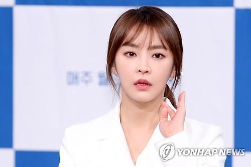 """정유미, 혐한 논란 DHC와 계약 종료…""""모델료 반환"""""""